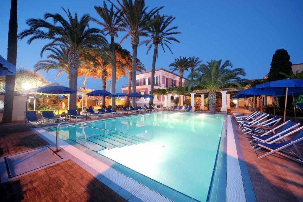 http://www.ischiatophotel.it/images/01G-Hotel-Terme-Villa-Svizzera-piscina-scoperta.jpg